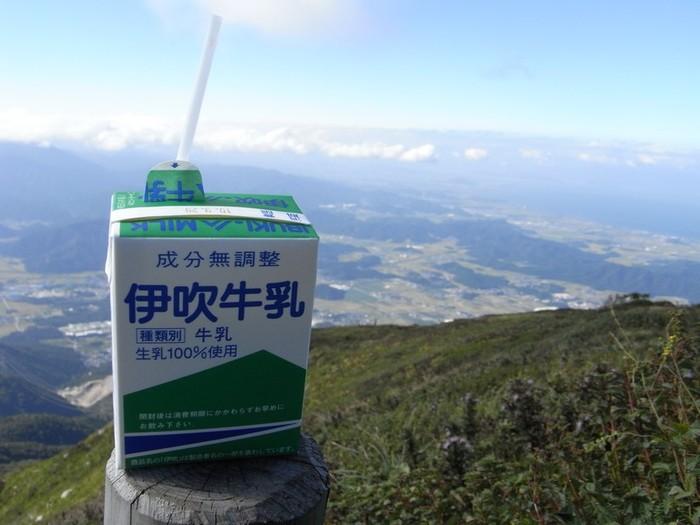 登頂後に、地元名産の牛乳をゴクリ! 生き返ったとのことでした。  景色は、自分の足を使って歩いた人だけの特別なもの♪ 達成感も大きいですよ!