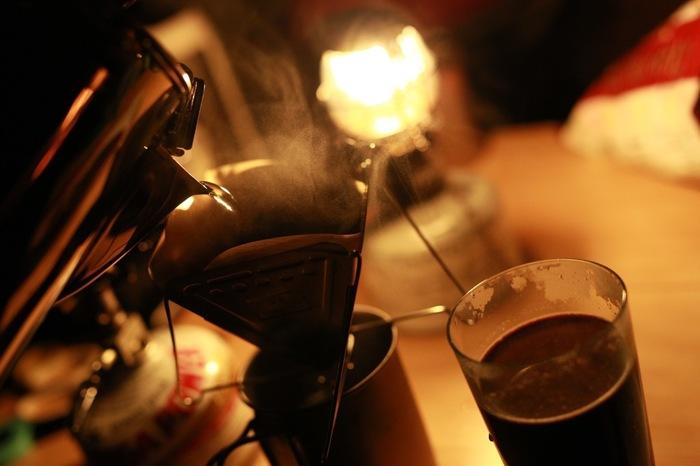 直火にかけるとコーヒーを抽出してくれるパーコレーターなど、アウトドア用のコーヒーグッズはいろいろあります。屋外でも本格的なコーヒーを楽しめるなんて嬉しいですよね。