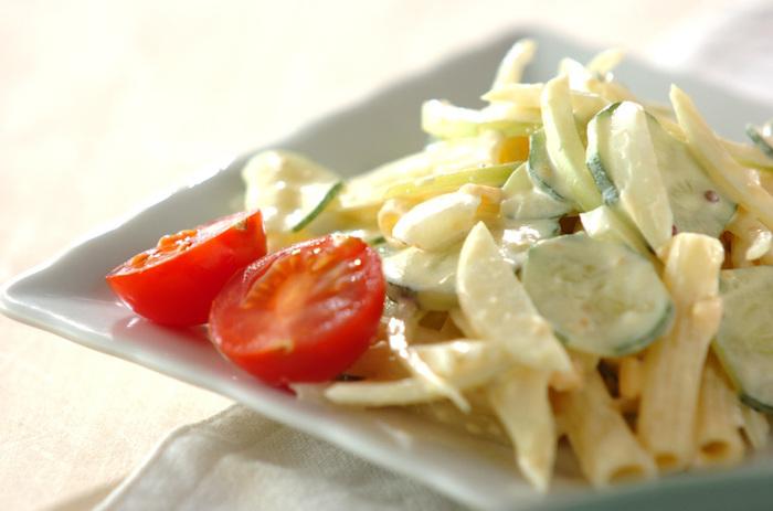 玉ねぎ、きゅうりと、シンプルな具材を入れたマカロニサラダは、いつあっても嬉しい一品。からしマヨネーズでちょっぴり大人味に仕上げています。