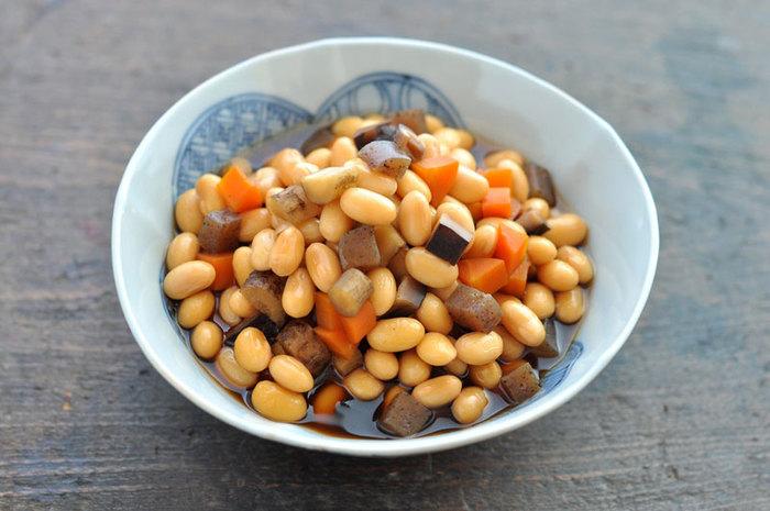 大豆以外は何を入れてもOK!このレシピでは、にんじん、ごぼう、干し椎茸、こんにゃくを使っています。それぞれの食材を、大豆と同じの大きさにするのが、見栄えも食感も良くなるポイントです。