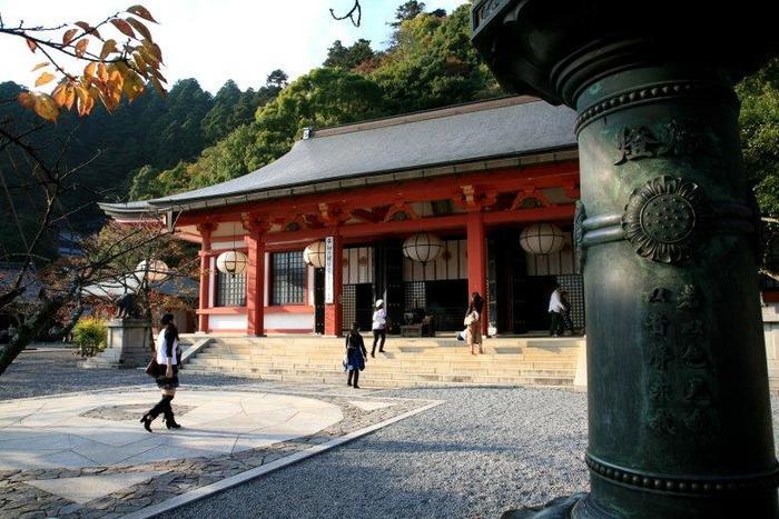 鞍馬寺金堂に足を運んでみて下さい。 この中心である六芒星の上に立つと宇宙や鞍馬山のパワーをもらえるということで人気です。