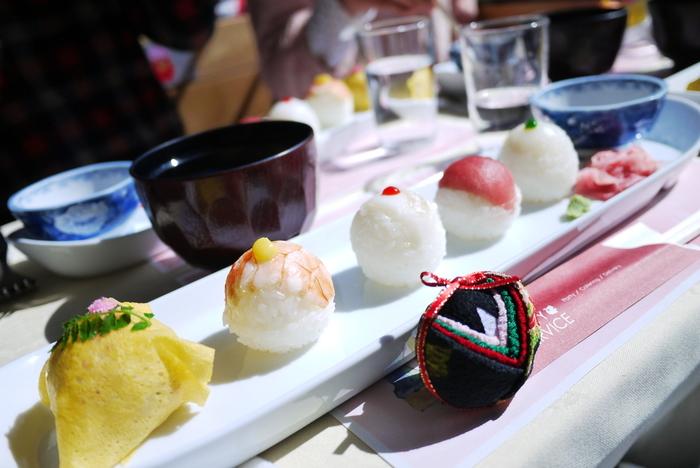 手まり寿司の魅力といったら、何といっても、ひとつひとつのお寿司に表情があり、いろいろな種類が味わえるところ。普通のお寿司だとご飯が多くてすぐにお腹がいっぱいになってしまう…という女性にぴったりのお寿司です。 また、一口サイズの手まり寿司は、ホームパーティーにもぴったり。クリスマスやおめでたい新年のパーティーメニューにいかがですか?