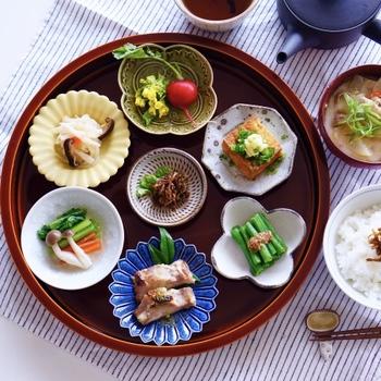まるで旅館の朝ご飯のような美しいいでたち。小皿に少しずつ盛り付けると、常備菜もより見栄えが良くなり食欲もアップ!
