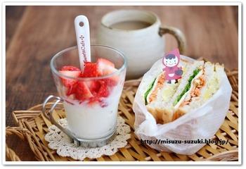作り置きしたにんじんサラダをパンに挟んで即席サンドイッチに。お弁当やピクニックにもおすすめですよ。