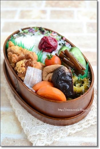 お弁当にも使える常備菜。副菜のゴーヤのかつおぶし和え、がんもとこんにゃくの煮物が作り置いたもの。お弁当もおかずが増えると豪華に見えます。