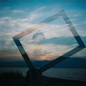 何気ない風景にこのように枠を重ねて撮影することで、なにか意味を持った心象風景に仕上がります。