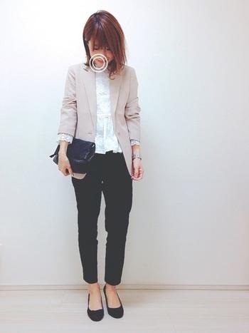 外で働く女性にとって、毎日会社に着て行く服装は悩みの種ですよね。毎日の通勤コーデに妥協はしたくないとはいえ、オフィスカジュアルにふさわしくない服装はやはり避けたいもの。