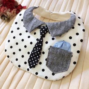こちらはカッコいいネクタイアップリケのついたスタイ。ポケットチーフまでつけて、特別なお出かけの際に活躍してくれそう。生地の柄次第で、男の子にも女の子にも使えそうですね。