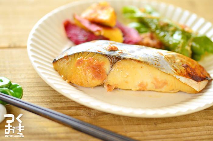 梅の風味がさわやかなさわらの漬け焼き。漬ける時間はたったの5分!夕食のメインに、お弁当に、うってつけですね。他の白身魚でも美味しそうです。