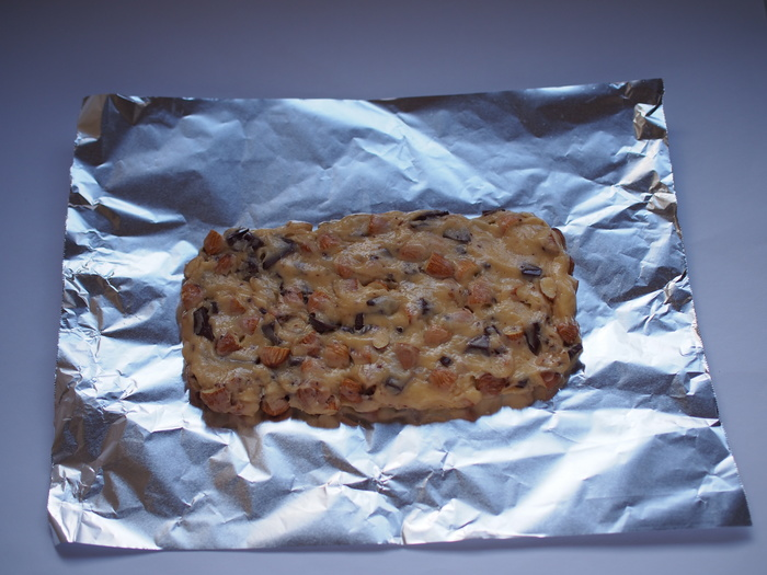 まとめた生地を均一の厚さになるよう成形し、トースターで焼きます。途中で一度取り出し、粗熱をとってから食べやすい大きさに切り分けます。