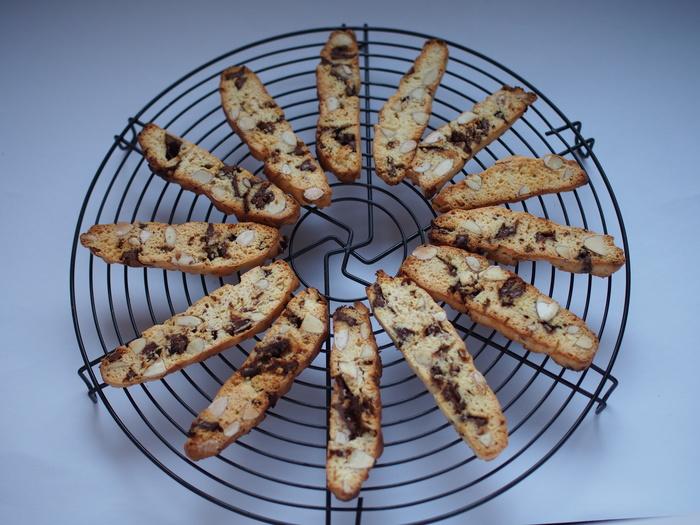 断面を上にして再びトースターへ。途中で裏返し、両面薄い焼き色がついたら完成です!コーヒーと一緒にいただきましょう♪  ※トースターの機種により焼き時間は変わりますので、様子を見ながら調節しましょう。甘さ控えめの配合のため、お好みでグラニュー糖の量を増やしてもOKです。