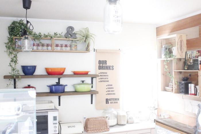 こちらは優しい雰囲気のキッチン。伸び伸びとしたグリーンたちも上手に溶け込んでいて、とてもフェイクには見えません。