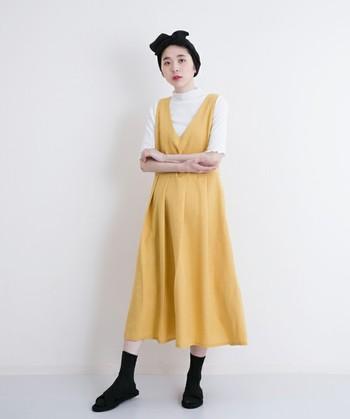 銀杏の妖精みたいに可愛い、からし色のエプロンワンピース。カジュアルになりすぎないよう、足元は革靴でピリッと引き締めて。