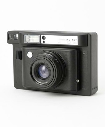 こちらは多機能なインスタントカメラ「Lomo'Instant」です。