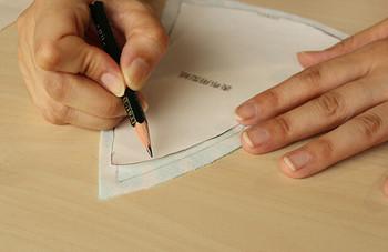 形よくキレイに仕上げるには、型紙を丁寧になぞること。まち針を使って、仕上がり線に沿って丁寧に縫いましょう。