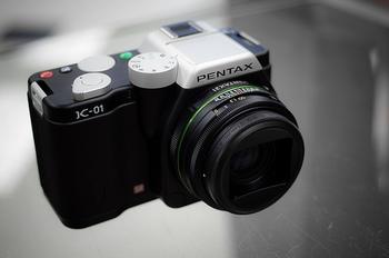 こちらはPENTAXから発売されているK-01です。 こちらのカメラも多重露光を楽しめます。 これからカメラを購入しようとされる方は、その他の性能など、各社を比べて購入されるといいと思います。