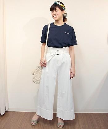 何気ないネイビーのTシャツを、カラフルなスカーフのターバン、ホワイトのマリン風パンツ、春夏らしいデザインの巾着バッグなどを合わせて、フレンチマリンスタイルに。