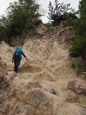 この岩山を登っていきます。足をしっかりと乗せてゆっくりと進みます。