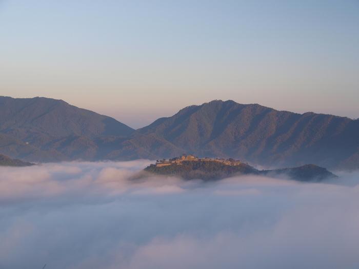 運が良ければ、「天空の城」と呼ばれる雲海に包まれた竹田城を眺めることも出来ます♪ 幻想的な風景に登山の疲れも一気に吹っ飛びますね。