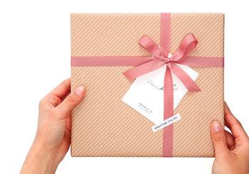 男性へのプレゼントは色々迷ってしまいますが、贈る相手のライフスタイルをヒントにすると選びやすくなりますよね。また、自分では普段なかなか買わないものだったり、自分では選ばない色・柄のプレゼントもサプライズ感があって嬉しいものです。ぜひ日頃の感謝を込めて、心のこもったプレゼントを贈りましょう♪