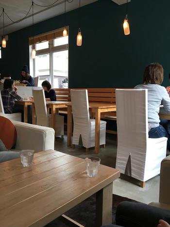 コンクリートと白の組み合わせを基調としたおしゃれな店内。広めのソファ席はお友達とゆっくりおしゃべりしたい時に◎