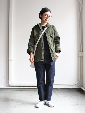 スタイル良く履きこなせるテーパードデニムは、ミリタリージャケットと合わせてメンズライクな着こなしを。