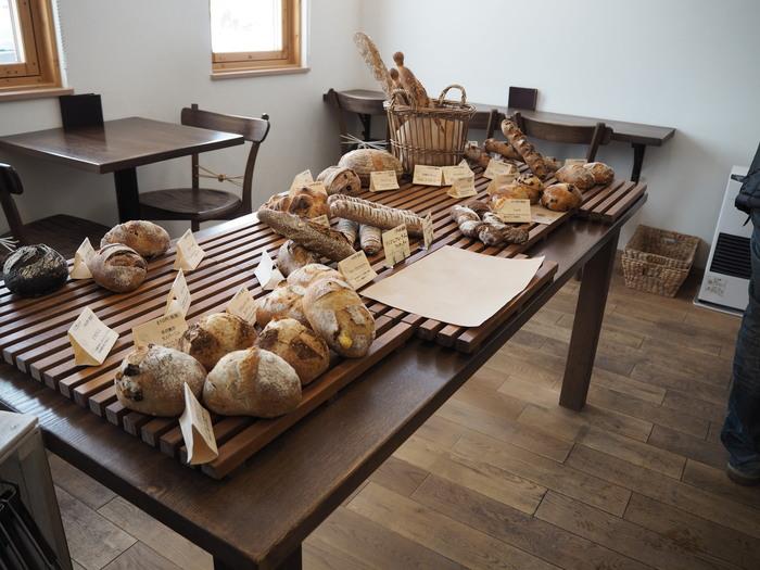 小麦の良い香りが漂う素敵な店内。購入したパンは、イートインスペースでいただくこともできます。