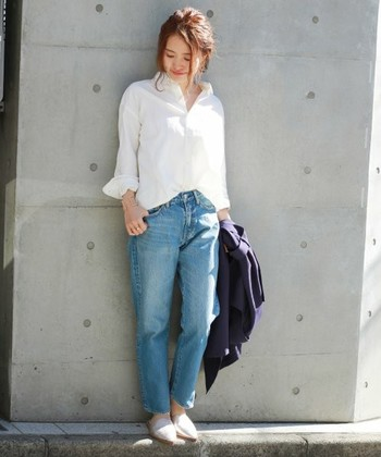 とてもラフでフェミニンなホワイトシャツ×デニムスタイル。衿抜きして、前裾のみインしたり、3首見せでフェミニンさもプラスしたり...さり気ない着崩しのテクニックをふんだんに取り入れてみてくださいね。