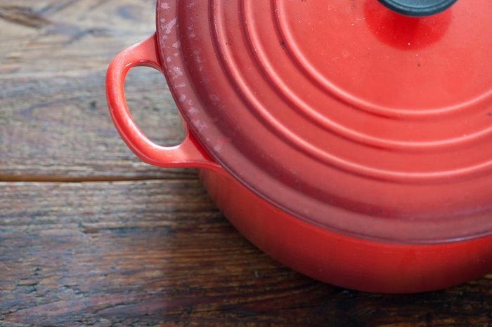 蓋付きのお鍋を用意して下さい。 土、鉄、セラミック、ステンレスの素材のお鍋はおすすめです。  ただし土鍋のように、穴が開いていて蒸気が逃げるものはNGです!  重ね煮は、蓋をして野菜の水分が出ていき、それが水蒸気となって対流して素材に熱が通ります。