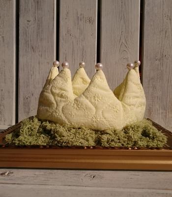 こちらは、綿のキルティングを使ったクラウン。ふっくらした布を使うと優しい雰囲気ですね。