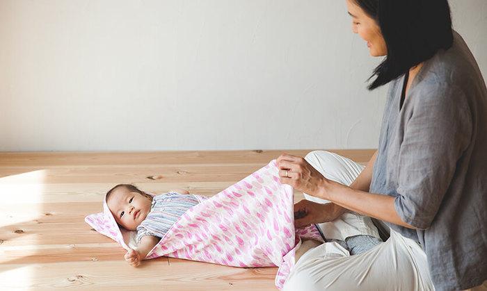 おくるみは赤ちゃんをすっぽりと包んでくれるアイテム。包まれることで赤ちゃんが安心する効果もあるそうです。 洋服を選ぶような感覚で、お気に入りの柄で作れたら素敵ですね。内側にはフランネルやフリース生地など温かくて手触りの良い生地がぴったりです