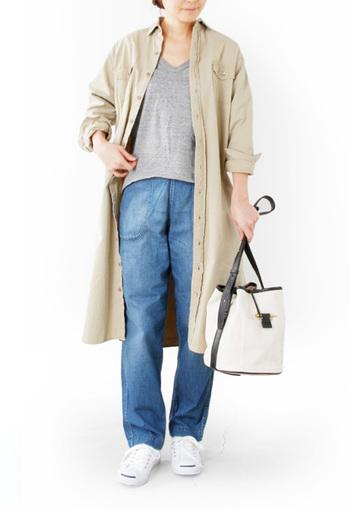 ワンピースを羽織ったレイヤードスタイル。キャンパス×ブラックレザーの品の良いバッグがポイントになっています。