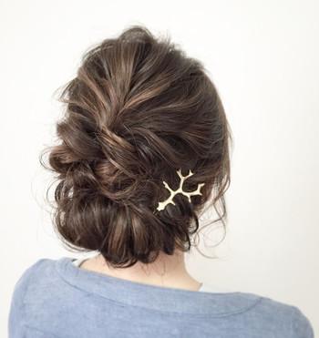 低めの位置で髪をまとめるギブソンタック。とても簡単ですので、すぐにできそうですよ。上品さに、ほんの少しのラフさもプラスして。ストレートロングとは、一気に印象が変わりますね。