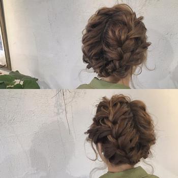 髪を2つに分けて三つ編みにしてクロスさせたアップヘア。 三つ編みだけでこんなに素敵に楽しめますよ。