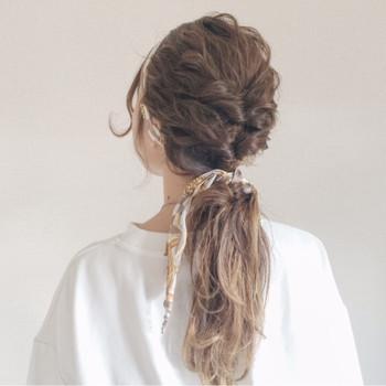 髪全体をゆるく巻いて、トップの部分を2回くるりんぱして残りの髪を一緒にまとめただけの簡単アップヘア。 春夏らしいスカーフを巻いても素敵ですね♪