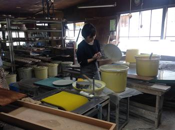 明治37年、金秋酒井製陶所はそんな陶磁器の一大産地で生まれました。100年以上の歴史に裏打ちされた確かな技術に加え、高い作家性・デザイン性を追求するためスタートしたのが「KANEAKI SAKAI POTTERY」というブランドです。