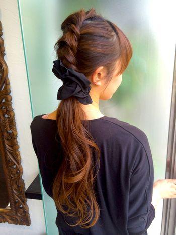 トップの部分をちょうど耳あたりの高さまでねじって残りの髪と一緒にまとめただけのアレンジ。 シフォン系のヘアアクセサリーを使うと優しい春夏らしい印象になりますね♪