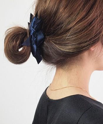 最後までゴムを通さない輪っかをイメージしたような簡単お団子ヘア。 ヘアバレッタなどヘアアクセをつければより華やかな印象に♪