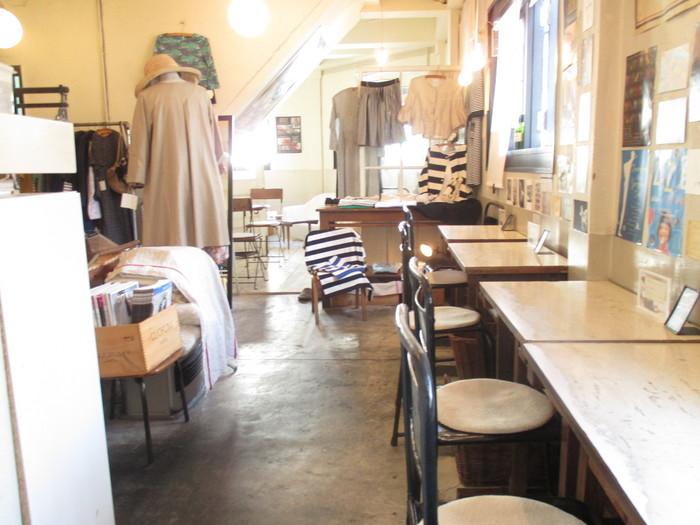 店内は白を基調とした明るい空間。ナチュラルな家具たちが迎えてくれます。窓に向いた席があるから、おひとり様でも入りやすいカフェスペース。裸電球がオシャレですね。