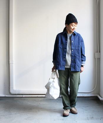 ニット帽やカーゴパンツ、メンズライクなシューズ、ときには男の子のような着こなしをして外出することも新鮮ですよ。