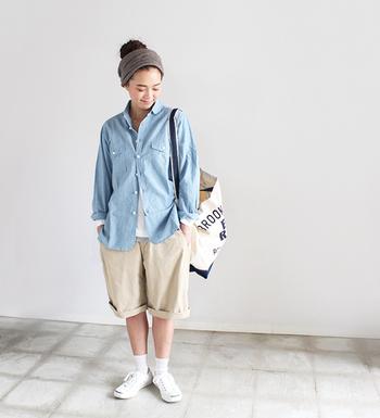 シンプルで品の良いスポーツミックスコーデ。春夏らしく軽やかな色と素材感がクールなスタイルです。