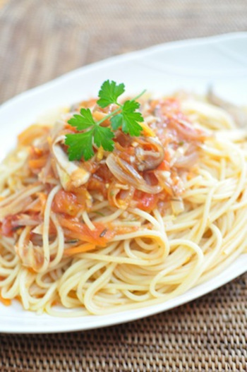 重ね煮を使って作るトマトソース。重ね煮を作っておけば、野菜たっぷりのトマトソースも手軽に作れちゃいます!