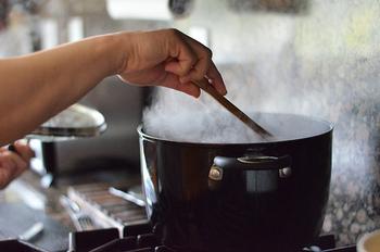 蓋を開けてついている水滴をしっかりと鍋に戻します。 木べらなどで鍋の野菜を天地がえしをします。これは、よく混ぜるということです。  すぐにバットやボウルにとって冷まします。 冷蔵庫で5日間ほど保存可能です。冷凍保存も出来ちゃいます! ただ、冷凍の場合は野菜の繊維が壊れるので、少し柔らかくなります。