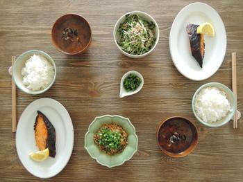 鮭の西京焼きは朝に食べるとちょっと贅沢な感じがしませんか?しじみ汁はゆっくりとエキスを抽出したそうです。赤だしが朝の体にしみわたりそう…。
