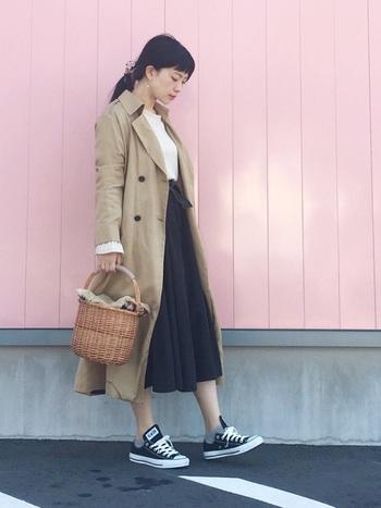 シンプルなトップスにウエストリボンのスカートを合わせた上品な装い。ハイウエストのスカートを選ぶことでバランスよく仕上がります。かごバッグやローカットのスニーカーを合わせて春らしさを演出して。