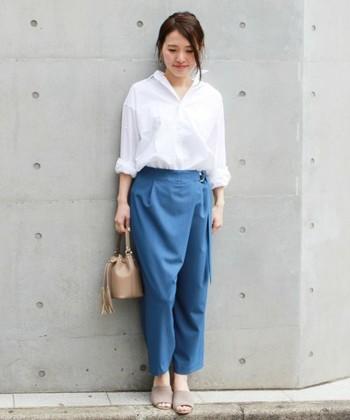 爽やかな印象を持つ、ややしっかりとしたホワイトシャツです。ゆったりとした作りなので、タイトめなボトムスと合わせると、バランス良く着こなせますよ。