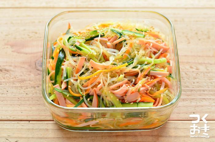 春雨サラダとは緑豆やジャガイモ、サツマイモなど芋のデンプンを材料とする乾麺の春雨を水やお湯で戻して調理したものを冷ましてサラダにしたもののことを言います。サラダとしてはもちろん和え物としてもよく食卓に並びます。サラダの具材も味付けも様々なのでいろいろな種類の春雨サラダが楽しめます。また春雨自体が低カロリーなこともあり、ダイエットをしている人などにもおすすめの料理として定評もあります。