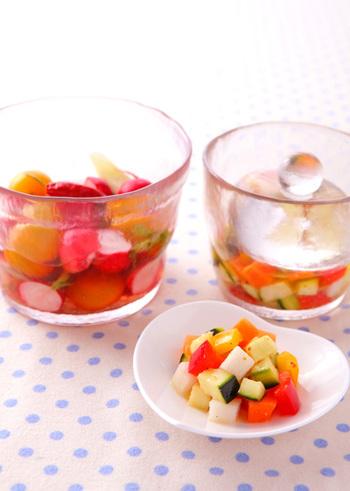 ラディッシュやぷちトマトなど彩り豊かなおつまみにぴったりのピクルス。ガラスや白い器に入れると映えますね!