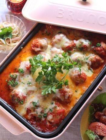 ミートソースをたくさんつくったならば、ホットプレートを使った煮込み料理で楽しむのも◎