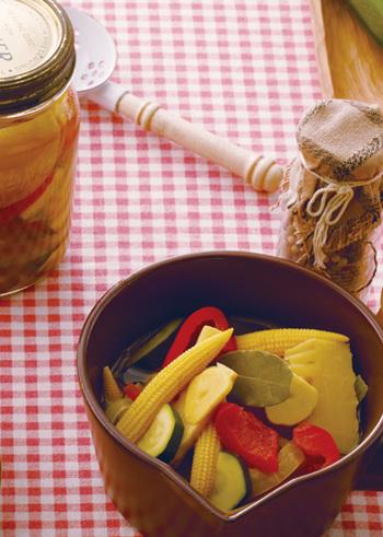 傷みそうな野菜救済や常備菜として何かと役に立ってくれるピクルス。低カロリーで食べごたえがあるので、おやつ代わりにポリポリと食べるのもおすすめですよ♪あなたも好きな野菜をたっぷり詰めて、ピクルス作りを楽しんでみませんか?